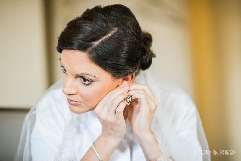 The bride puts on her wedding jewelry